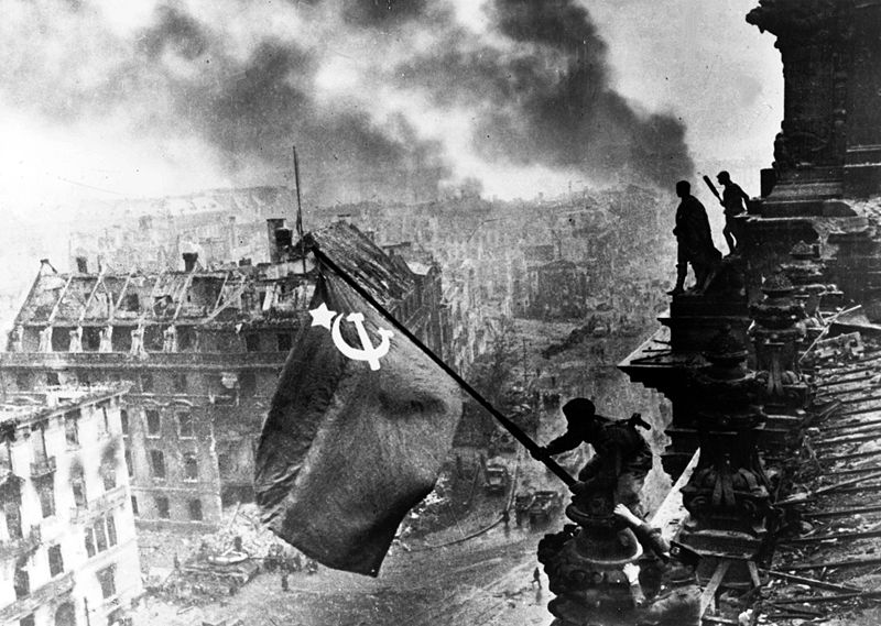 18-800px-red_army_soldiers_raising_the_soviet_flag_on_the_roof_of_the_reichstag_berlin_germany